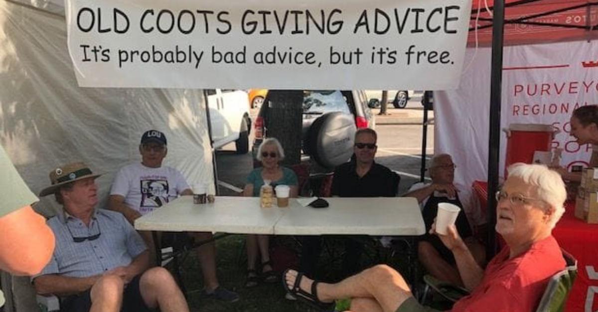 Idosos se juntam para distribuir humor e conselhos grátis