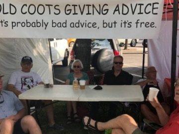 """Idosos montam """"barraquinha"""" para distribuir bom humor e conselhos grátis 1"""
