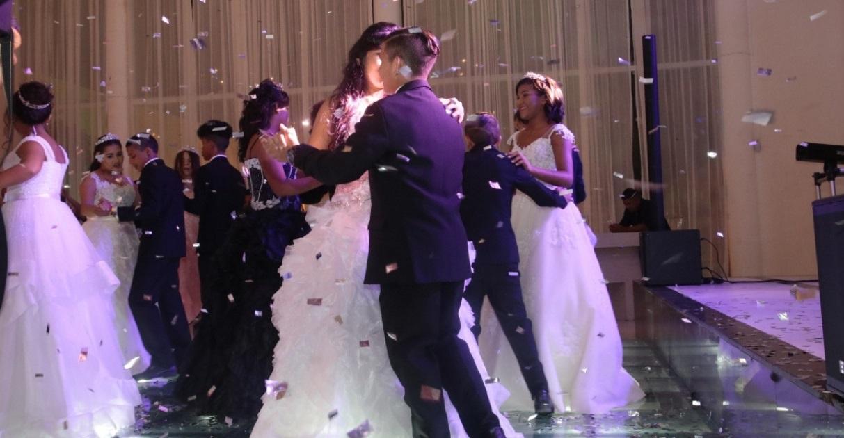 Adolescentes que vivem em abrigo ganham festa de debutante em Fortaleza (CE)
