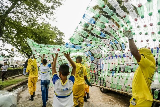 Alunos constroem ecobarreira para filtrar lixo próximo da escola em Recife (PE)