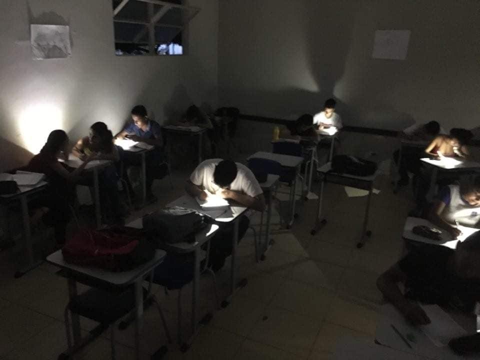 Alunos escola pública Juscimeira realizam prova lanternas professor abre discurso educação Brasil