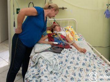 enfermeira adota criança abandonada família