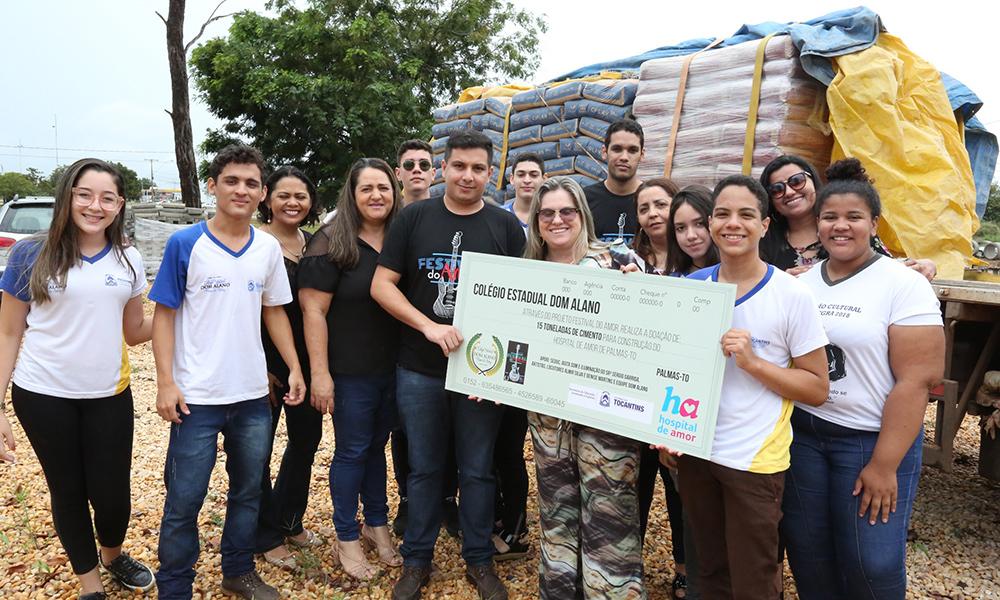 Alunos de escola doam cimento para obra no Hospital do Amor de Palmas (TO)