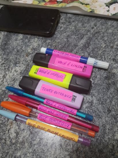 mãe cola palavras incentivo lápis canetinhas filha