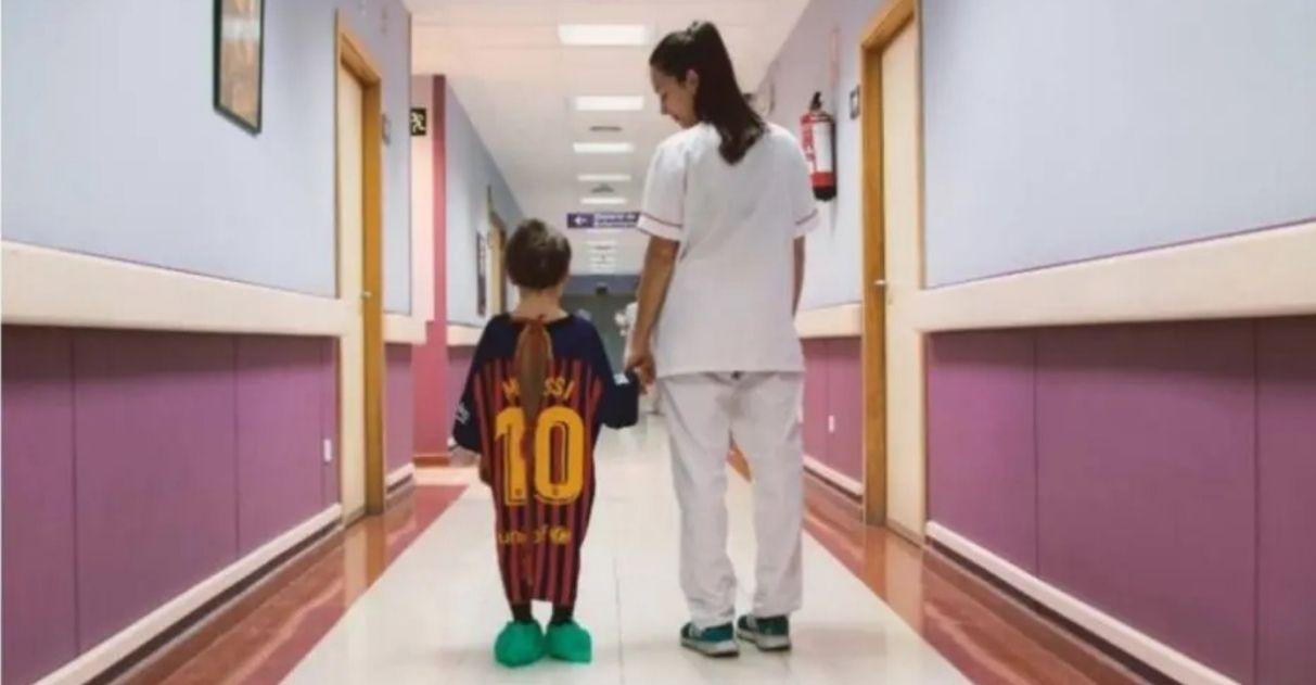 Revista transforma camisas de time em batas de hospital para dar força a crianças
