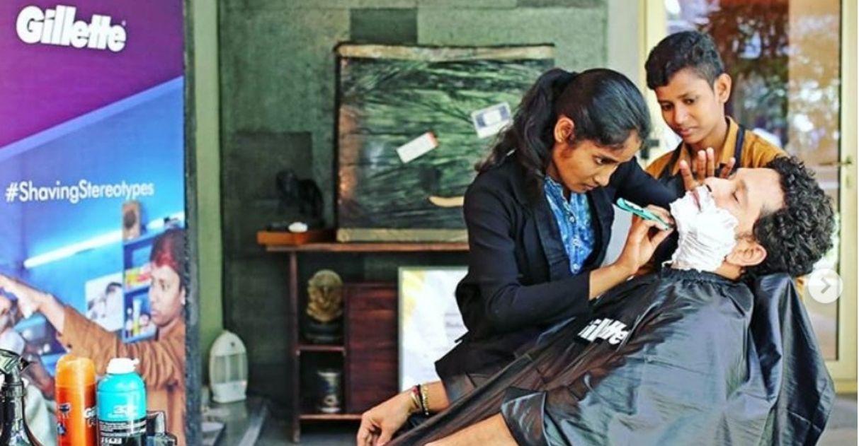 Garotas indianas desafiam estereótipos de gênero e abrem barbearia na Índia