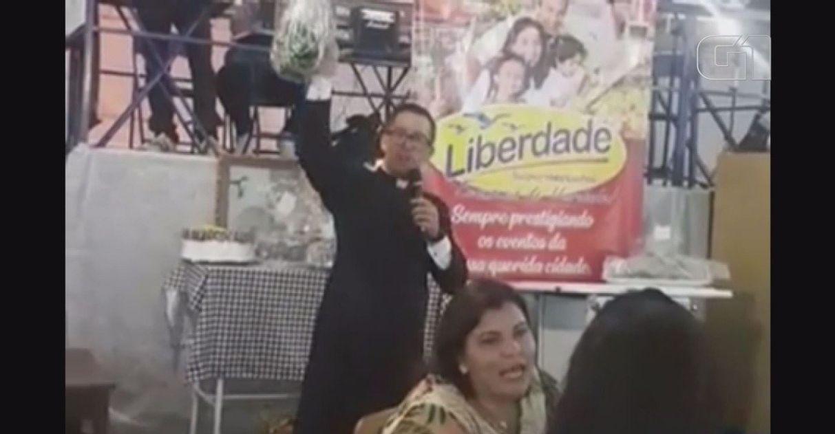 Em leilão de igreja, pacote de macarrão é arrematado por R$ 12 mil após gesto humilde de idoso 3