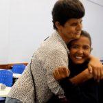 Mãe leva filha com paralisia cerebral à faculdade há 5 anos, assiste às aulas e copia as lições
