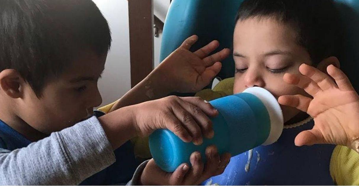 Menino de 4 anos com síndrome de Down ajuda a cuidar dos três irmãos com deficiência