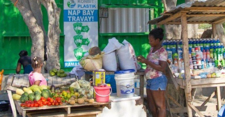 No Haiti, as pessoas podem trocar plástico por dinheiro em banco especial