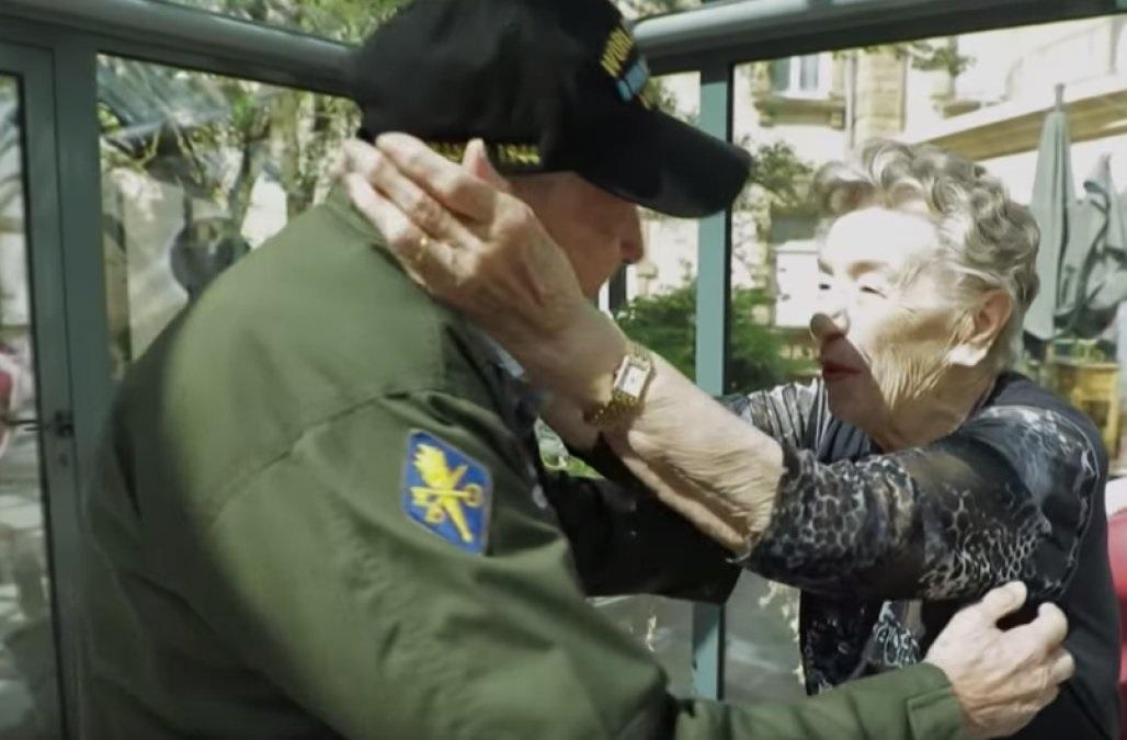 Veterano de 97 anos da Segunda Guerra reencontra amor perdido após 75 anos