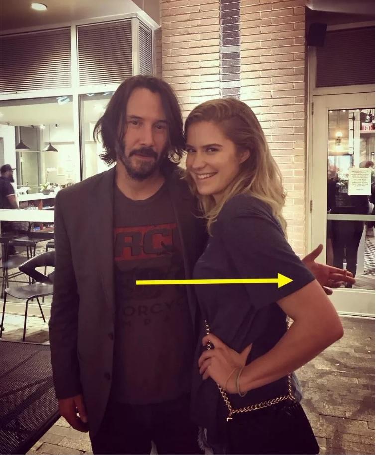 Keanu Reeves viraliza de novo após fãs notarem como ator não se aproveita ao posar com mulheres para fotos