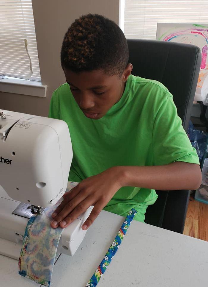 Garoto de 12 anos costura gravatinhas pra incentivar adoção de cães e gatos