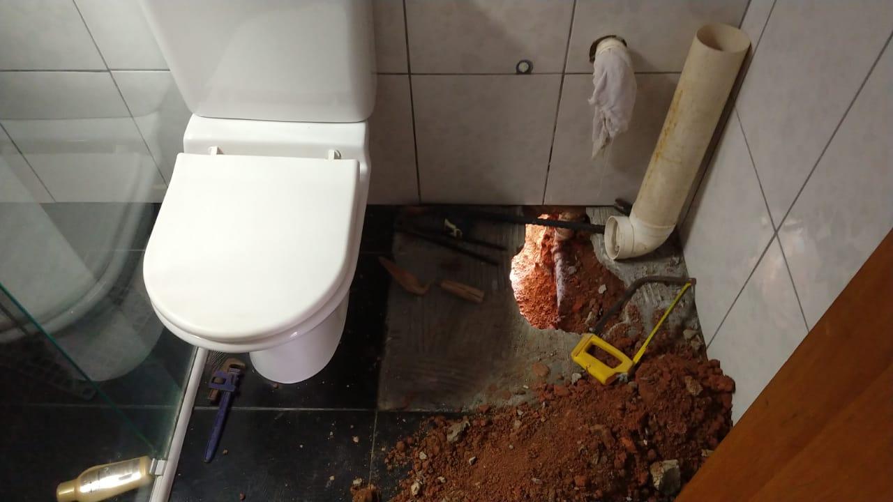Morador constrói 'ecofossa' para comunidade sem esgoto em Colombo (PR) 2