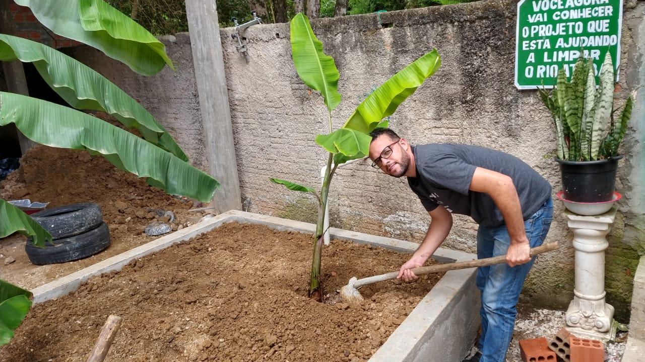 Morador constrói 'ecofossa' para comunidade sem esgoto em Colombo (PR) 5