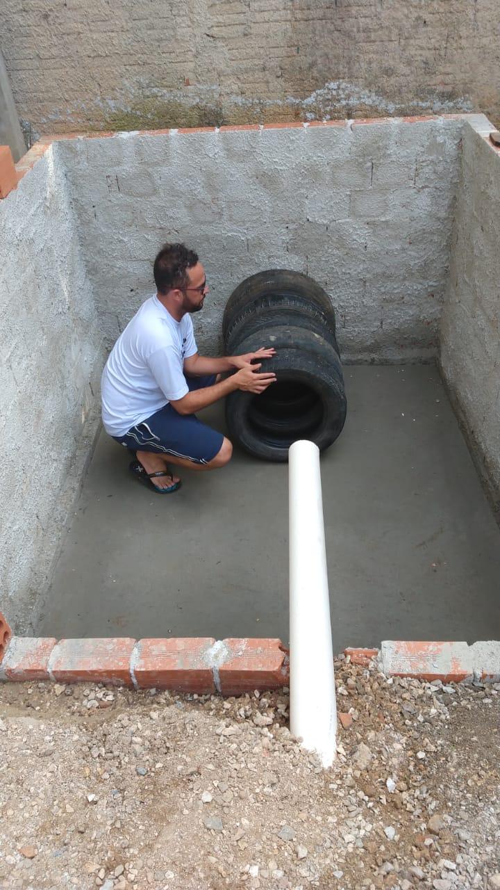 Morador constrói 'ecofossa' para comunidade sem esgoto em Colombo (PR) 3