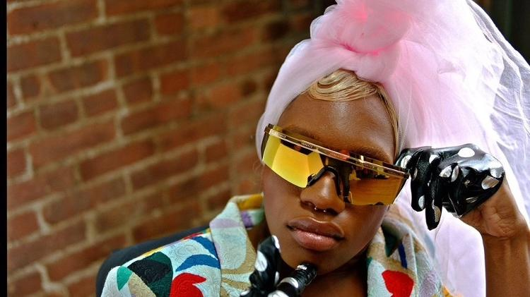 Modelo trans, negra e com deficiência consegue sua primeira capa de revista