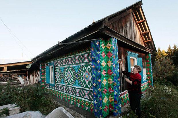 Senhora decora casa usando mais de 30 mil tampinhas de garrafa