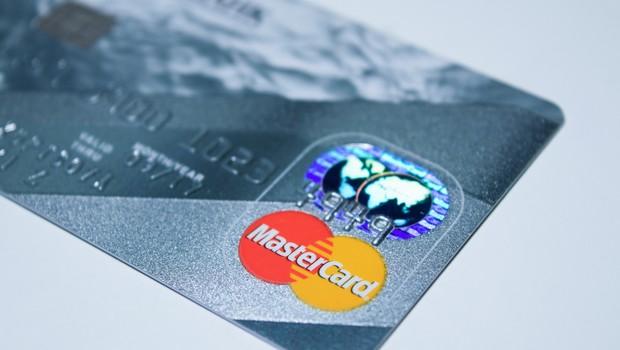 Mastercard vai permitir que transgêneros escolha nome no cartão
