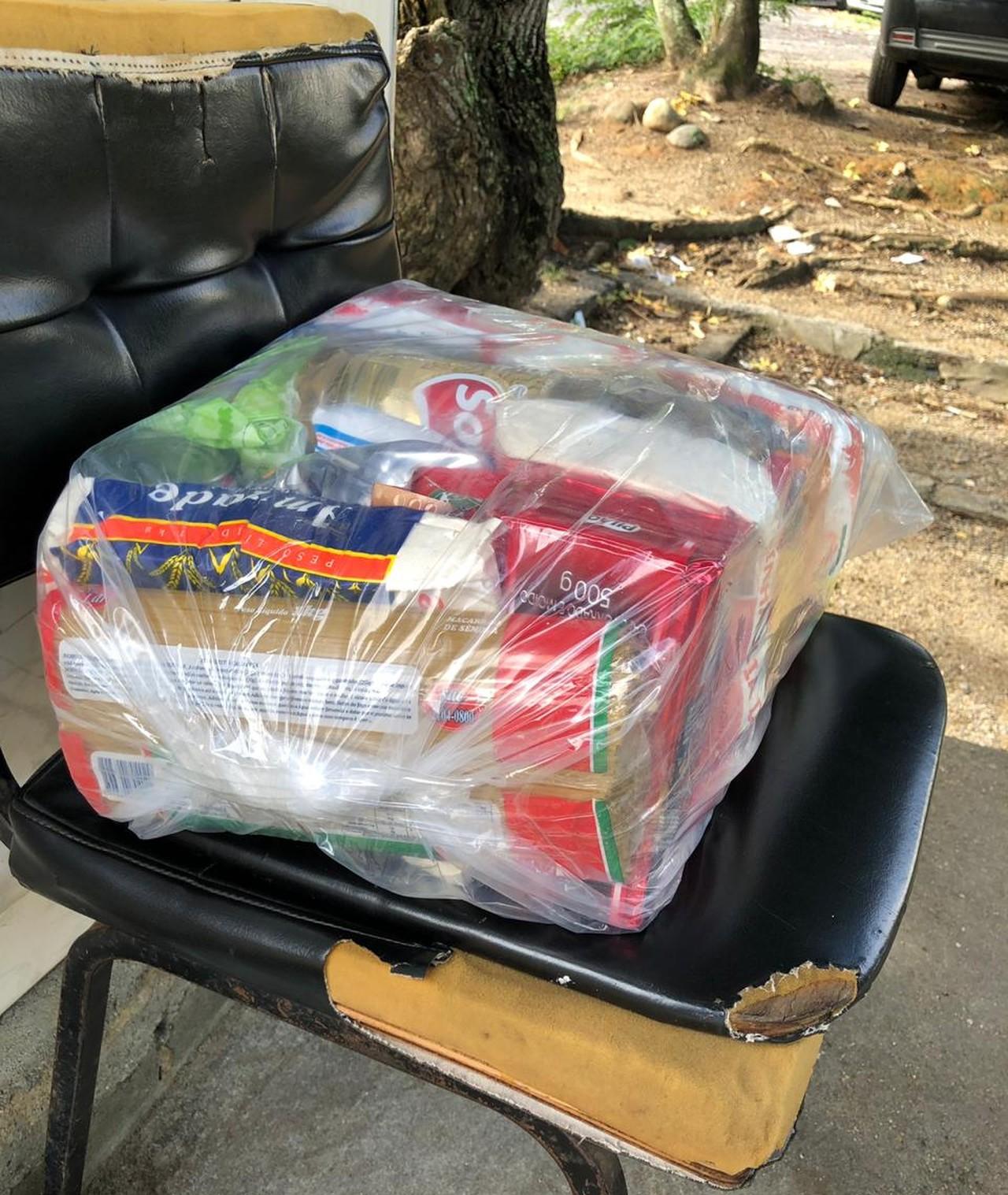 Vigias da UFF sem salário há sete meses recebem cesta básica de alunos e professores