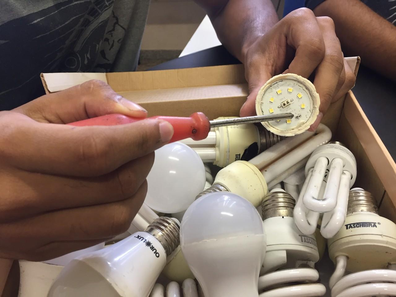 Estudantes coletam e consertam lâmpadas para doar a famílias carentes no AP