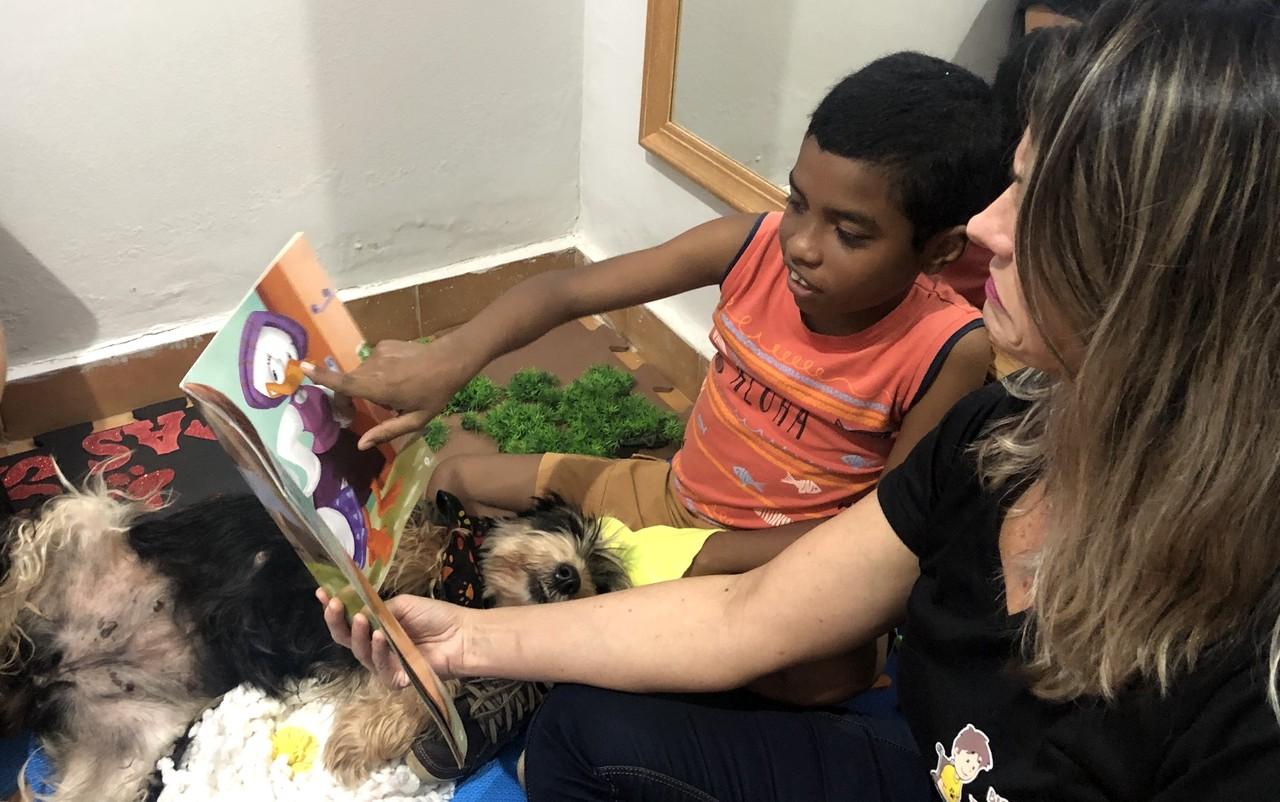 Garoto autista começa a conversar após fazer terapia com cães em Morrinhos (GO)