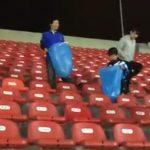 torcedores japão recolhem lixo estádio