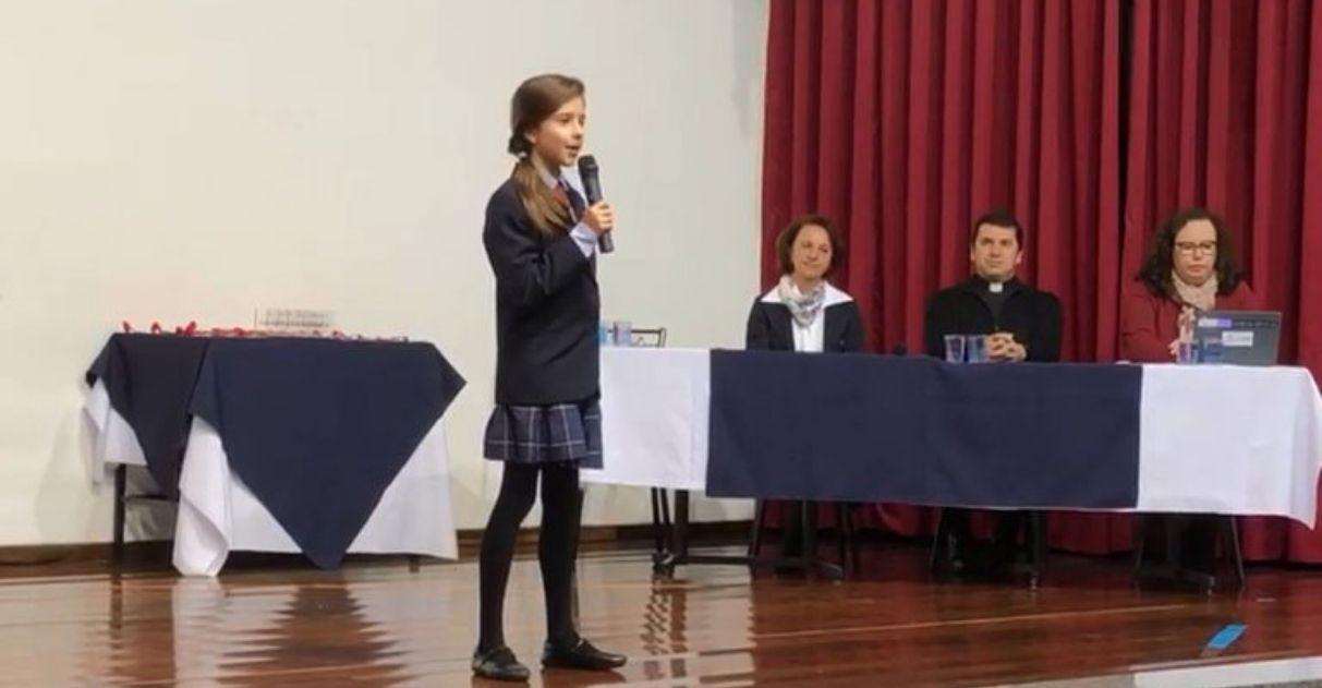 Para alegrar coleguinha triste que perdeu concurso, menina de 10 anos cede medalha para ele