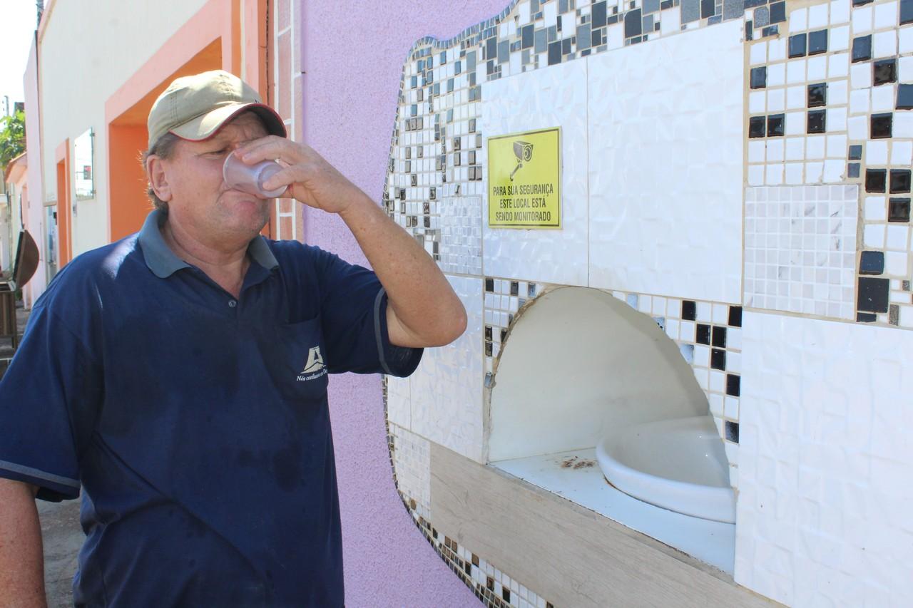 """""""A sede é uma tortura"""", diz advogada que construiu bebedouro público no muro de casa"""