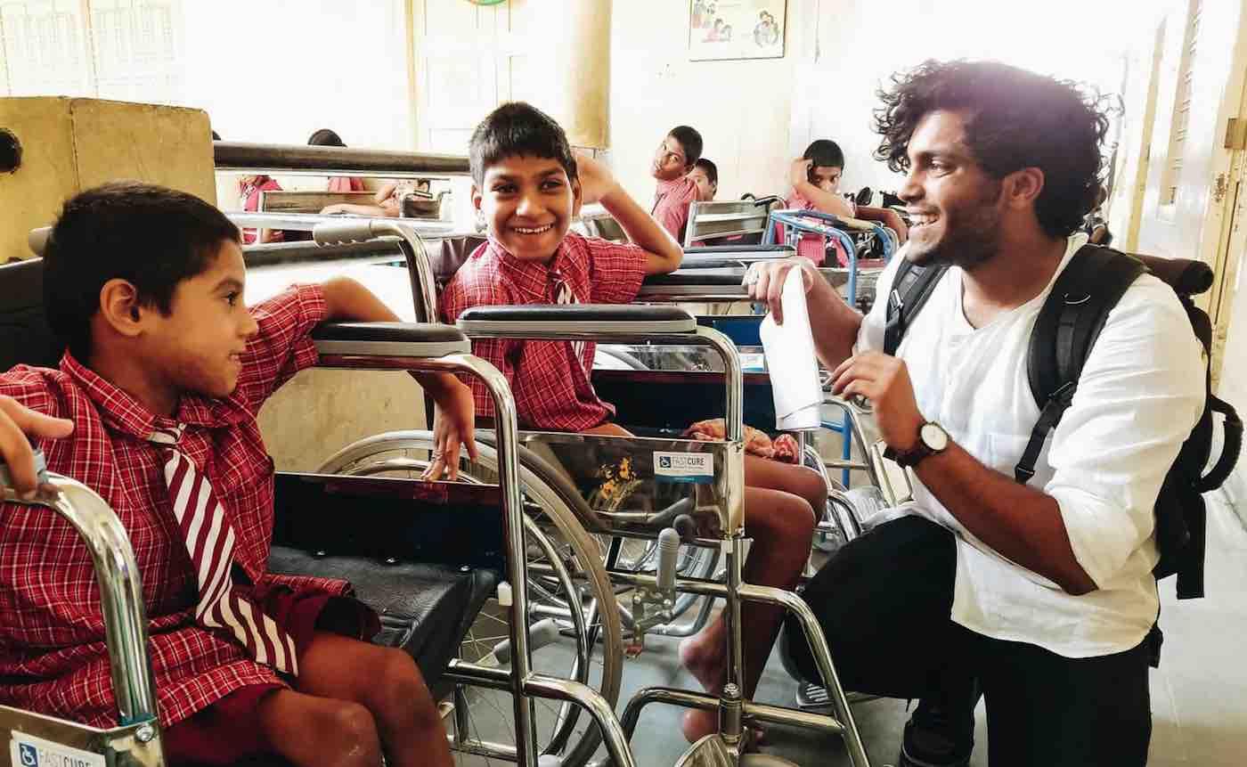 Estudante encontra e doa centenas de cadeiras de rodas a crianças necessitadas