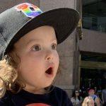 Menininha de 2 anos tem reação adorável ao ver uma Drag Queen pela primeira vez - assista!