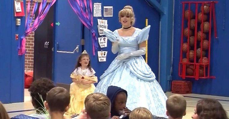 Escola inteira aprende língua de sinais para dar boas-vindas a primeira aluna surda