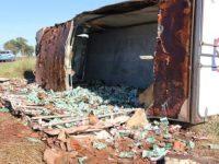 Caminhão carregado tomba na BR-262 e empresa decide 'doar' carga de leite
