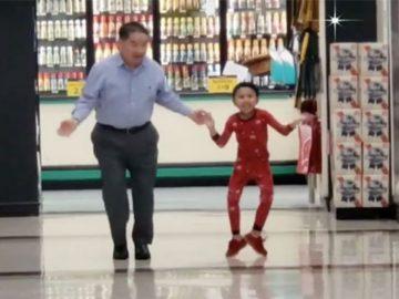 Avô dança com neto pra ele se sentir melhor na véspera da cirurgia