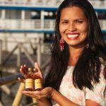 Mulheres indígenas lançam Vinho de Mandioca em mercado de Santarém (PA)