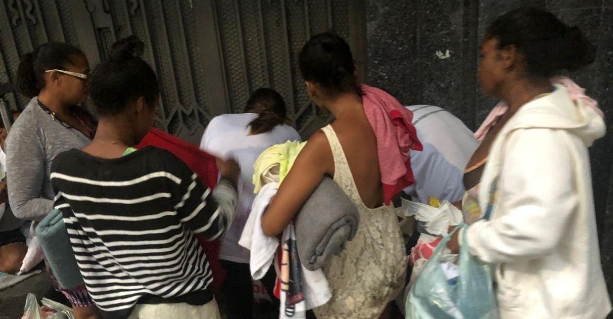 voluntários entregam quentinhas cobertores moradores rua