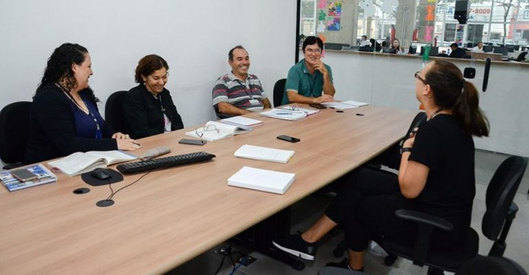 Servidora ensina inglês para colegas de trabalho de graça durante horário de almoço