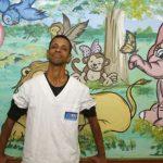 Maqueiro transforma ambiente de pediatria de hospital com pinturas coloridas e alegres