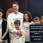 """Casal adota 6 irmãos que passaram 5 anos em orfanato: """"estamos apaixonados por eles"""""""