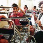 Estudante conserta e doa centenas de cadeiras de rodas a crianças necessitadas