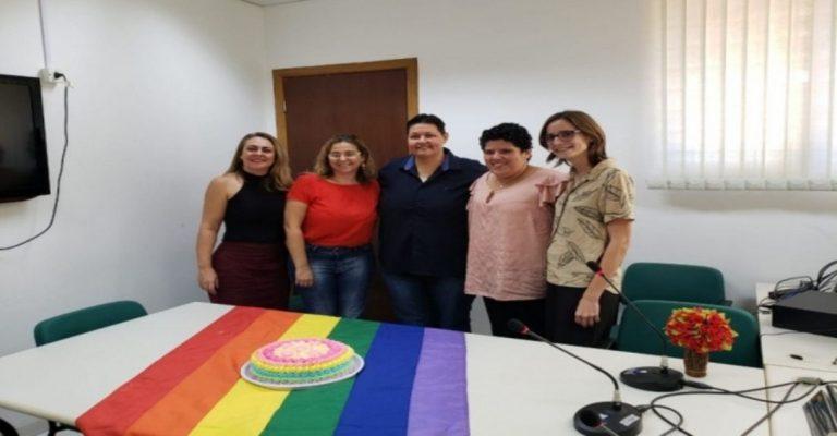 Para celebrar casamento homoafetivo, juíza estende bandeira LGBT e faz bolo para noivas