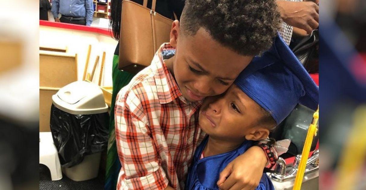 """Irmão chora na formatura da caçula: """"Estou tão orgulhoso dela"""""""