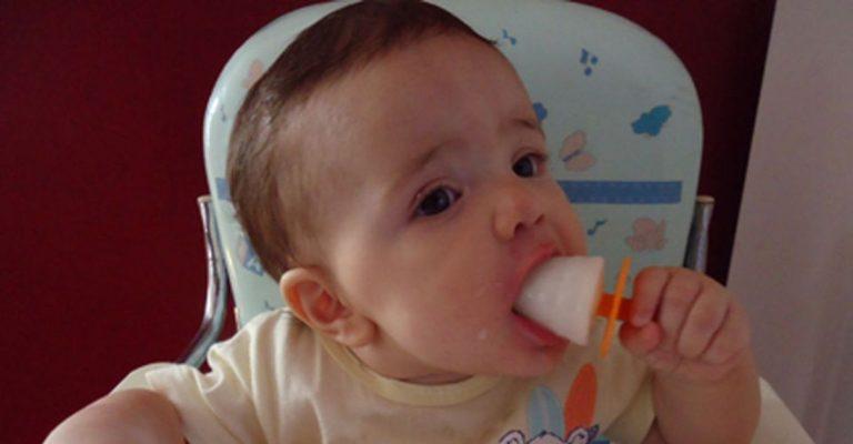 Mamãe faz sorvete de leite materno para aliviar desconforto da dentição de bebê