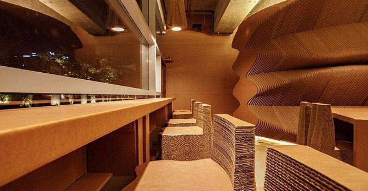 Nessa cafeteria na França, quase tudo é feito de papelão