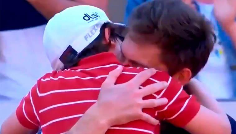 filho tenista abraça pai após derrota