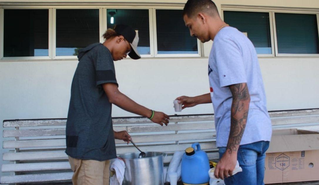 Jovem ex-detento leva refeições a famílias de presos mortos em massacres