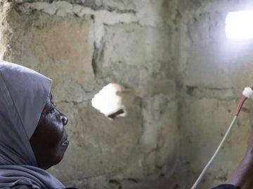 Treinadas como engenheiras solares, mulheres de Zanzibar levam luz para aldeias remotas