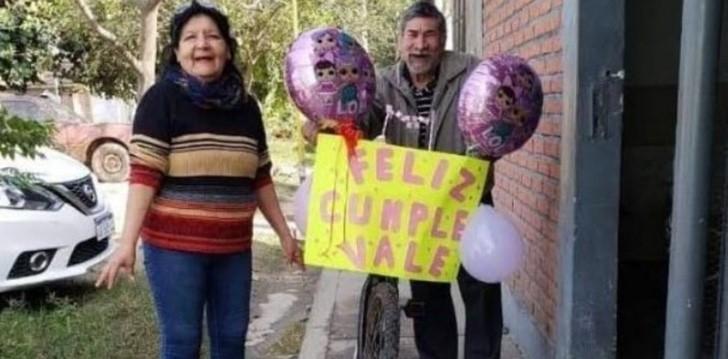 Vovô adorna bicicleta com balões para buscar neta na escola em seu aniversário