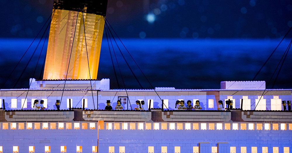 Menino autista constrói réplica do Titanic usando peças de LEGO