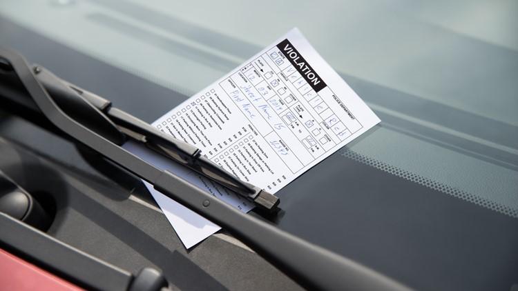 Programa permite que motoristas paguem multas de estacionamento com material escolar